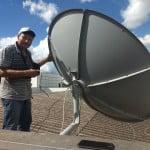 Pueira instalando antena